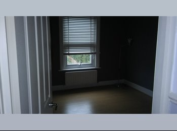 EasyRoommate UK - Room and own sitting room in WD18, Watford - £700 pcm