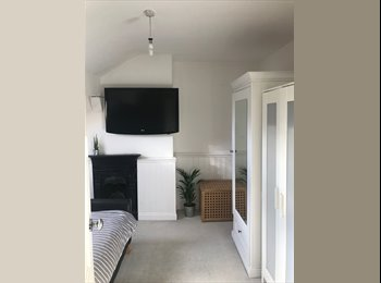 EasyRoommate UK - Great double room with private bathroom, Bramley - £430 pcm