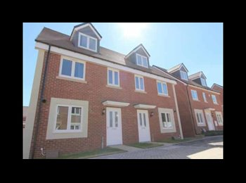 EasyRoommate UK - Double room available in a new 3-bed house!, Stapleton - £400 pcm