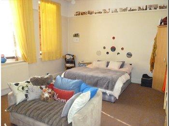 EasyRoommate UK - Massive double room, in friendly house-share, Golders Green, Golders Green - £520 pcm