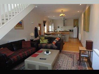 EasyRoommate UK - Master Bedroom in modern, centrally located coach house, Cheltenham - £550 pcm