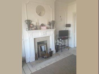 EasyRoommate UK - Lovely light room in homely flat, Oakleigh Park - £550 pcm