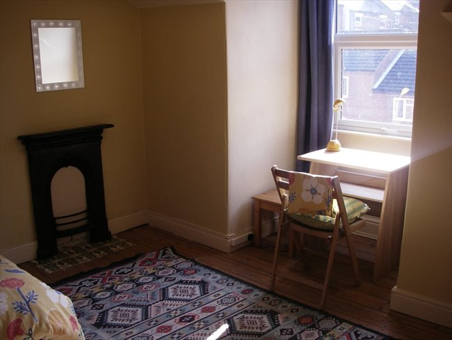 Room to rent in New Basford - Spacious furnished attic room in Victorian house - Image 3