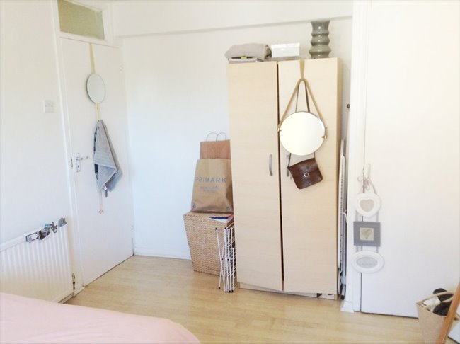 Room to rent in Stratford - King Size Room very close to Stratford station / Westfield - Image 1