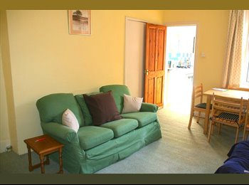 EasyRoommate UK - Beautiful flat for 3 female postgrads (21+), Spital Tongues - £260 pcm