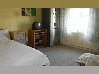 EasyRoommate UK - DOUBLE ROOM IN GREENFORD TO RENT TO PROFESSIONAL, Northolt - £498 pcm