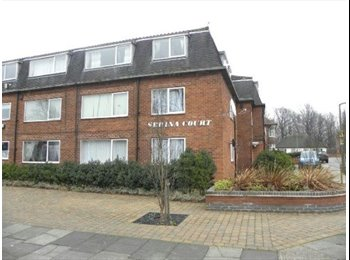 EasyRoommate UK - 1 x Double Bedroom in 3 bed student flat very close to west entrance , Lenton Abbey - £340 pcm