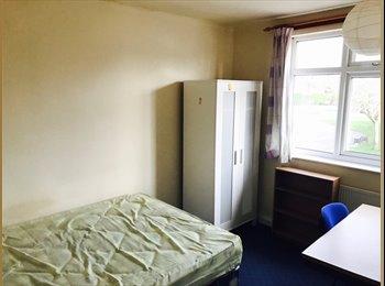 EasyRoommate UK - LARGE DOUBLE ROOM IN 4 BEDROOM HOUSESHARE - £70 PER WEEK – AVAILABLE SEPTEMBER, Lenton Abbey - £303 pcm