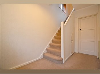 EasyRoommate UK - Stunning Couples Room in Raynes Park!, Raynes Park - £758 pcm