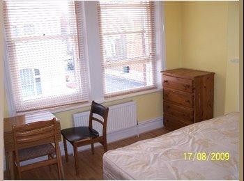 EasyRoommate UK - Studio To Rent, West Kensington - £693 pcm