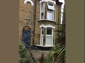 EasyRoommate UK - 2 Rooms available in quiet part of Stockwell, Stockwell - £800 pcm