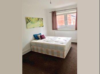 EasyRoommate UK - Nice Room In Bow, Bow - £720 pcm