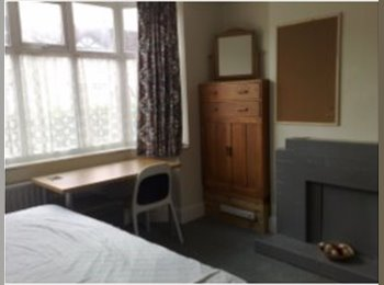 EasyRoommate UK - Large House with 4 double rooms, Stoke Aldermoor - £382 pcm