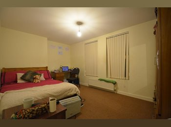 EasyRoommate UK - ++Huge Bedroom ! Couples are welcome//Renting ASAP !, Whitechapel - £780 pcm