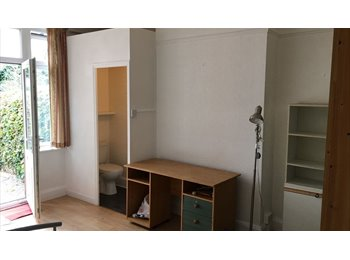 EasyRoommate UK - DOUBLE ROOM IS HEADINGLEY £300 PM INCLUDES ALL BILLS WITH EN SUITE BATHROOM - AVAILABLE NOW, Headingley - £300 pcm