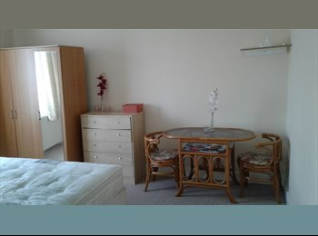 EasyRoommate UK - Double room for rent, Lampton - £600 pcm