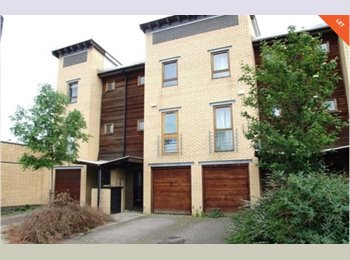EasyRoommate UK - Modern furnished double room available for a student!, Poplar - £650 pcm
