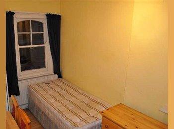 EasyRoommate UK - Studio To Rent In Great Location , West Kensington - £542 pcm