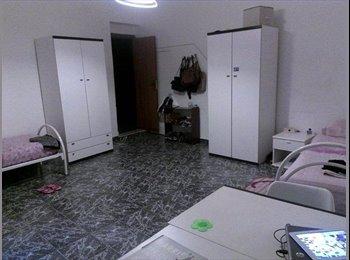 EasyStanza IT - Camera doppia anche uso singola molto spaziosa - balcone e ripostiglio/cabina armadio - Casa Maqueda, Palermo - € 320 al mese