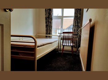 EasyRoommate UK - 1 Single Room in mixed professional houseshare, Chester - £340 pcm