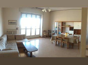 EasyStanza IT - 3 Camere singole in ampio e luminoso appartamento, Macerata - € 180 al mese