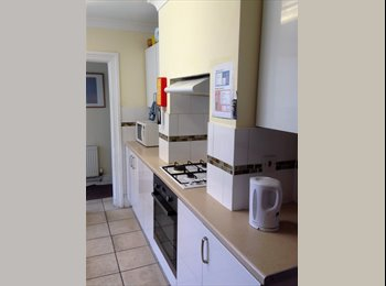EasyRoommate UK - Single Room in nice clean modern house close to station, Ashford - £350 pcm