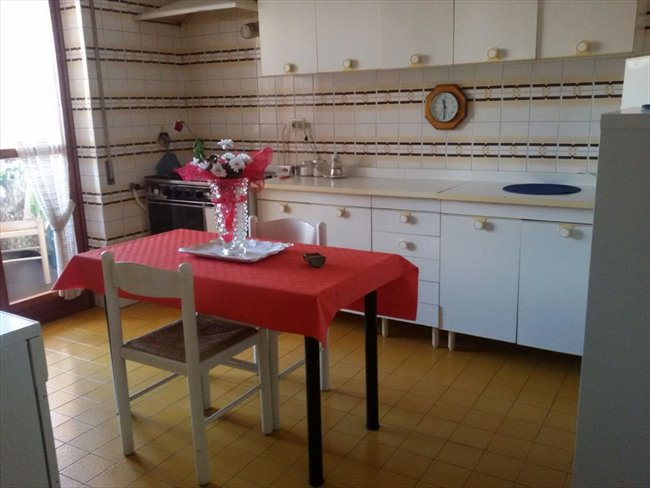 Stanze e posti letto in affitto colombo ardeatino for Stanza roma affitto