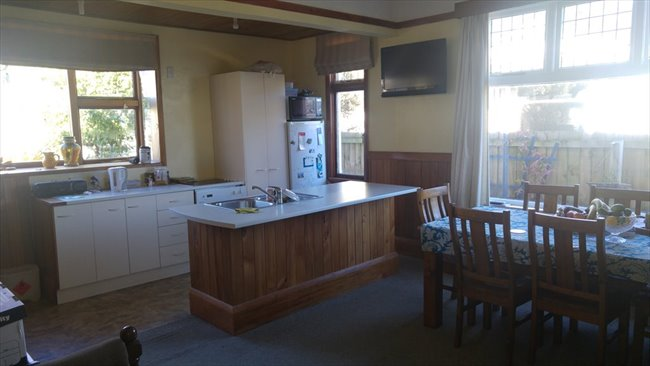 Room to rent in Wychbury Street, Christchurch - Couple?  New to ChCh.? - Image 1