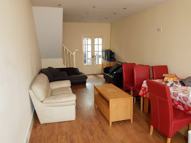 Room to rent in Salisbury Road, Smethwick - students  for group share   4 rooms  £75 per week - Image 1