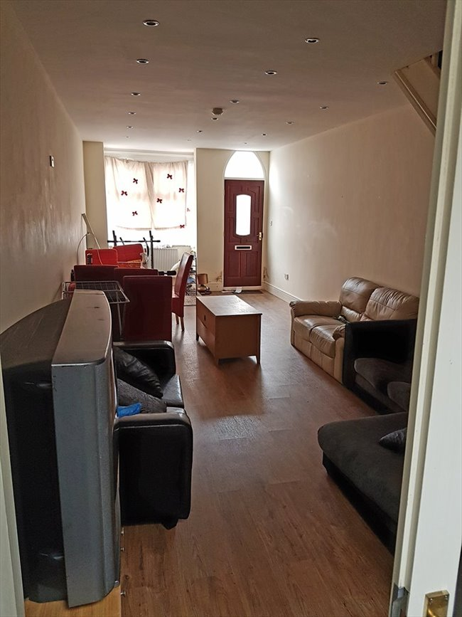 Room to rent in Salisbury Road, Smethwick - students  for group share   4 rooms  £75 per week - Image 2